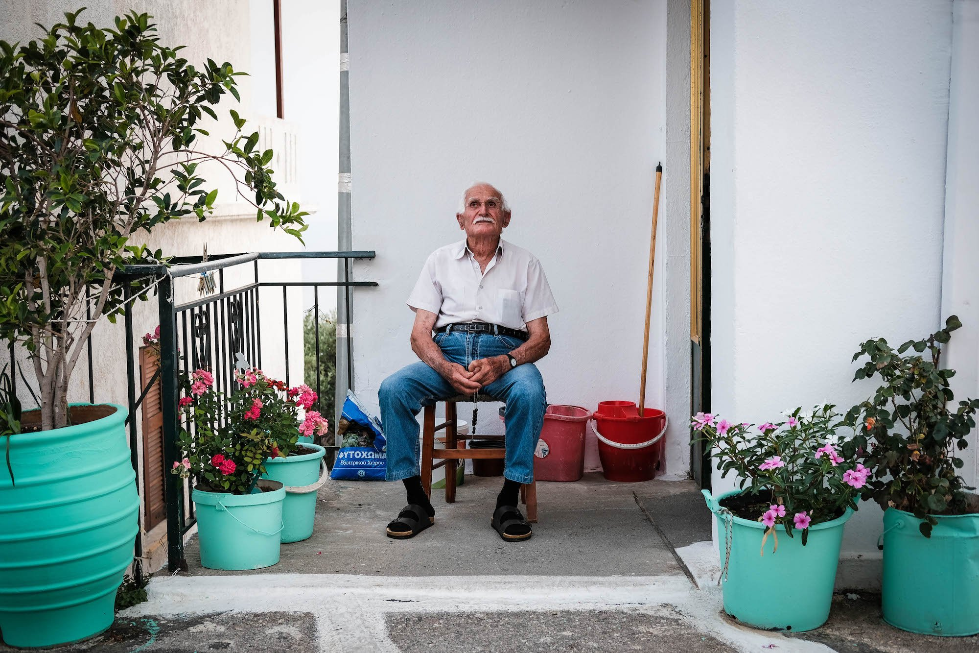 old-man-crete-travel-rest-fiona-madden-fujifilm